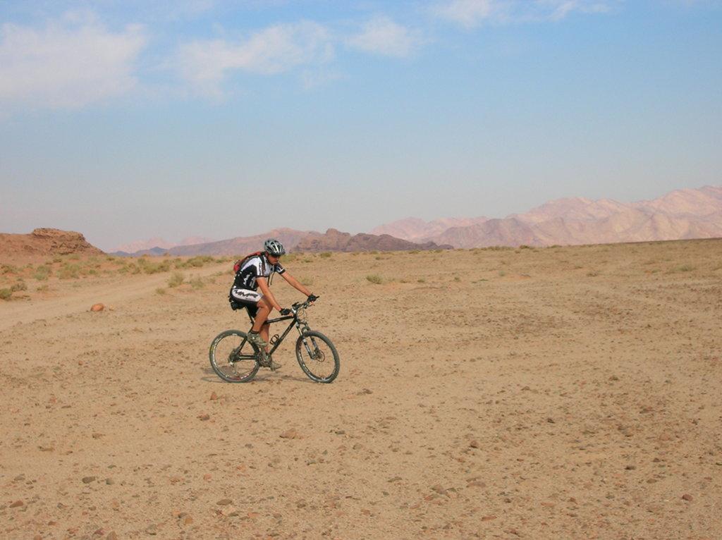 Jordania pedaleando desierto